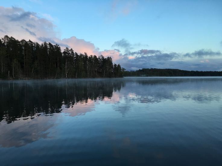 Vattnet ligger helt spegelblankt och en lätt dimma stiger från vattnet efter hagelskuren