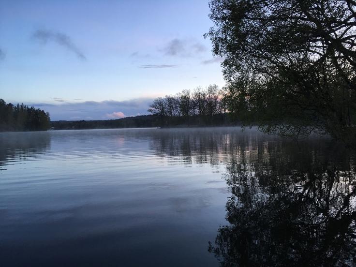 Skymning över sjön