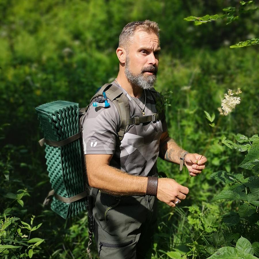 Lars berättar att älggräs kan användas mot huvudvärk