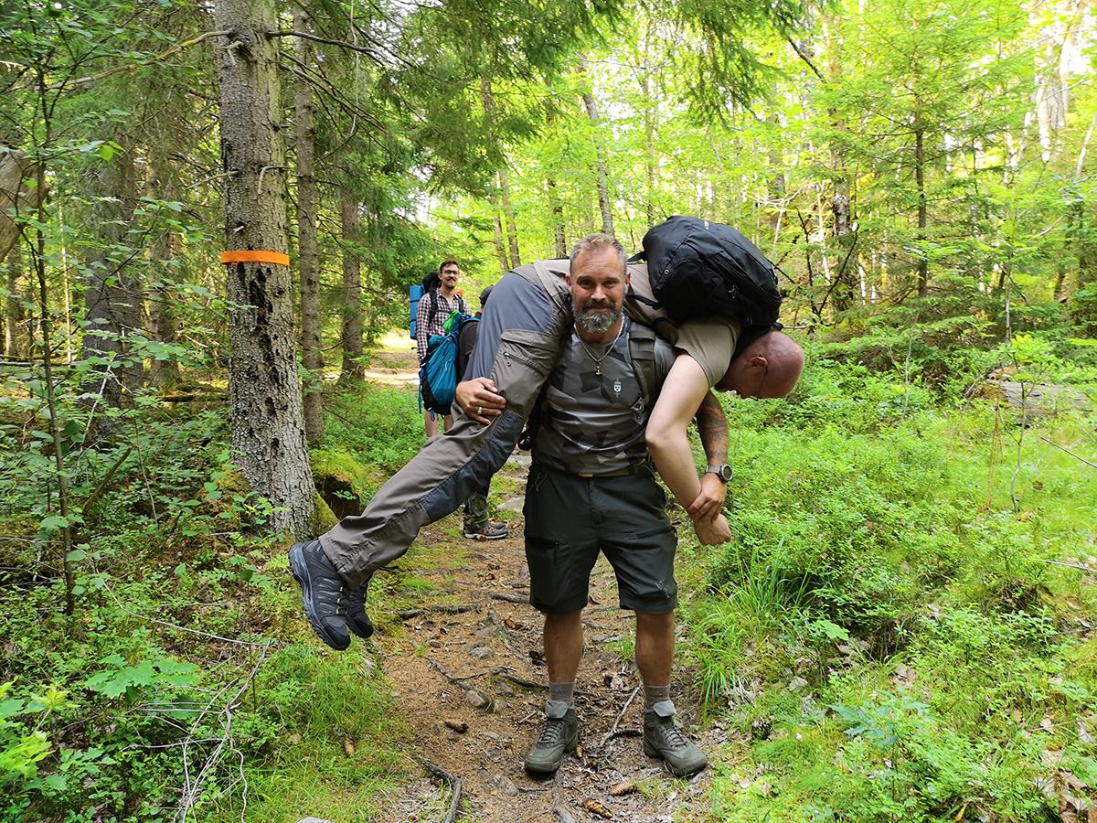 """Jag misstänker att vår guide var missnöjd med vår teknik för att bära vår """"skadade"""" vän, när han helt enkelt fixade det själv istället."""