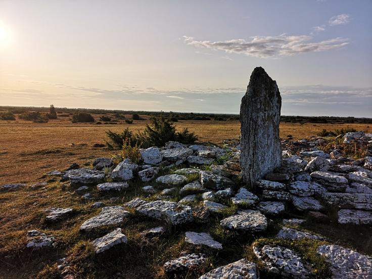 Stenar och ruiner finns det en del längs leden