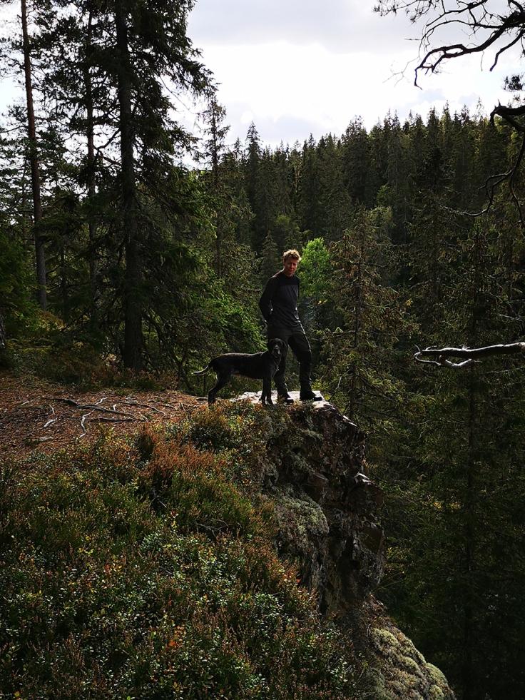Linda och Vittra står vid randen av ravinen där Storkvarnsån rinner